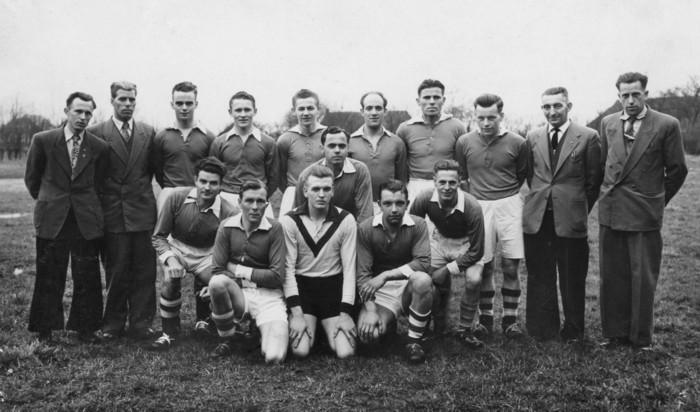 Kampioensteam van 1956 met 4 Vledderveners in de gelederen en 2 bestuursleden