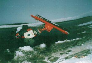 Baanveegmachine zakt door het ijs