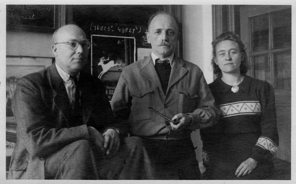 1948 v.l.n.r. meester Rush, hoofdmeester Marten Hoekstra (met pijp) en juffrouw Corrie van der Veen0