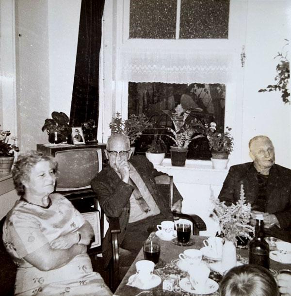 """Ook na zijn pensionering, januari 1969, """"thuis"""" bij Roelof en Door"""