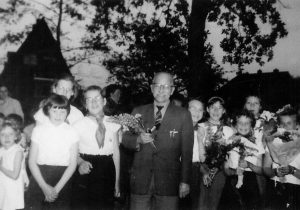 1960 Als begeleider van zijn kinderen (o.a. Hillie Slagter, Anna Rozenboom, Liesje de Vries, Elisabeth Veldhuizen, Maartje Boertje, Roelie Bosma, Hennie Hoffman aan de avondvierdaagse in Noordwolde)