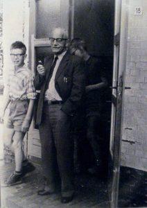 1964 Marten Hoekstra bij de ingang van de school vlak voor zijn pensionering, met naast hem Leo de Jong en achter hem Henk Bijkerk