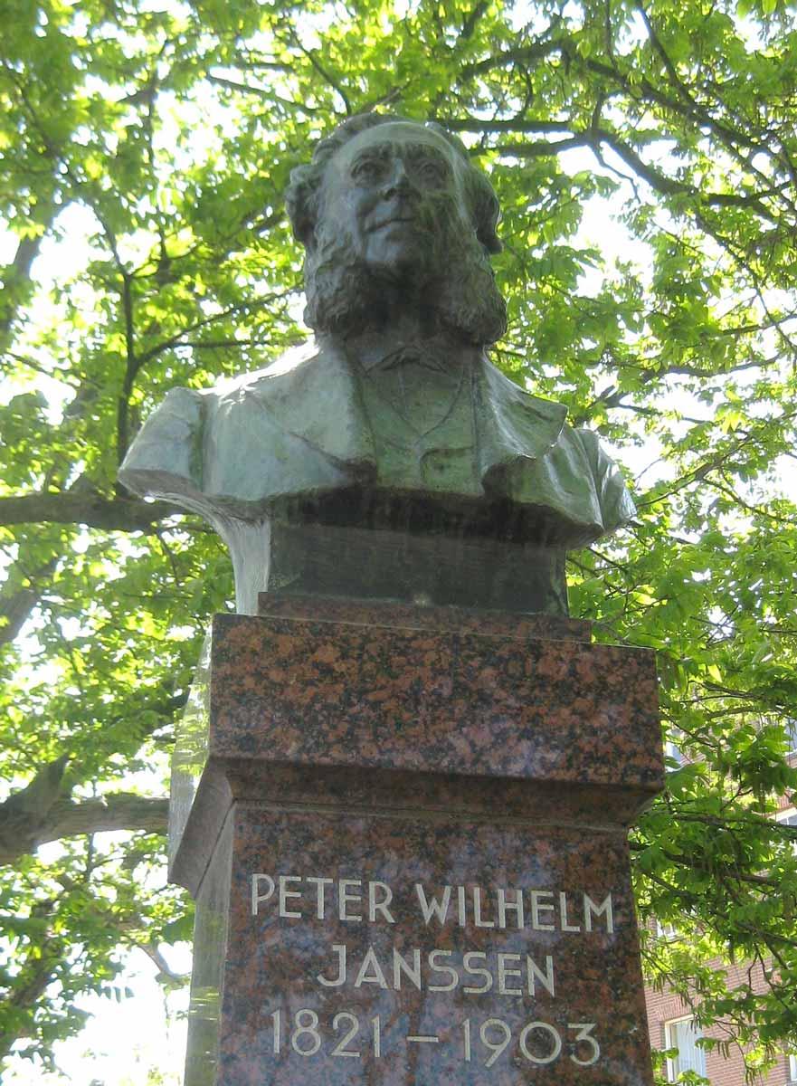 Standbeeld van P.W.Janssen door Bart van Hove in en graniet brons op het Bellamyplein in Amsterdam (Auteur: Marion Golsteijn)