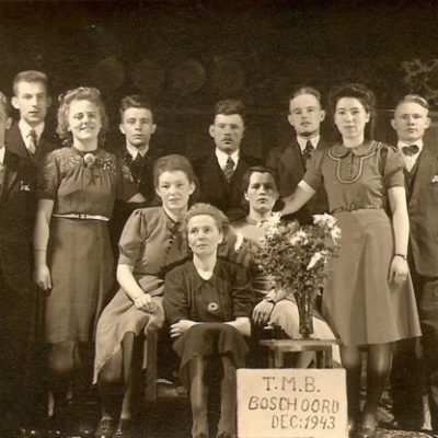 Toneelvereniging TMB na een succesvolle uitvoering, 1943